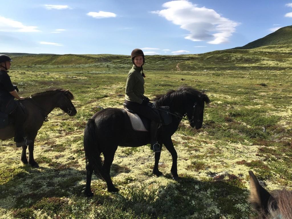 Lena rir på Svás fra Kvistli Islandshester