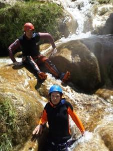Canyoning ned elva. Hopp og dykk og skli og svøm. Artig!
